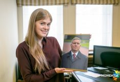 «Я кайфую». Жительницы Екатеринбурга фотографируются с портретами своих начальников