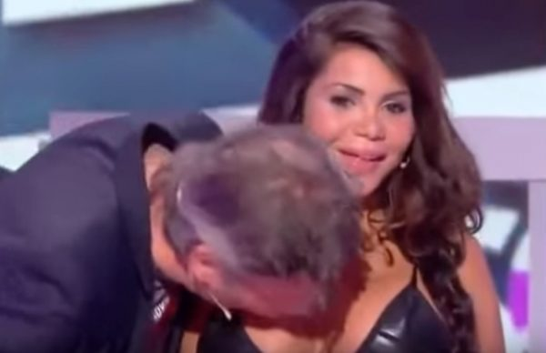 Ведущий французского возмутил наблюдателей поцелуем груди артистки