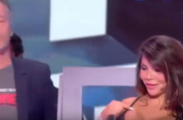 Французский телевизионный ведущий впрямом эфире поцеловал актрису вгрудь