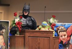 Прощание с супергероем: шестилетнего мальчика похоронили в костюме Бэтмена