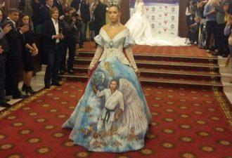 «Архангел Владимир Владимирович». На международном форуме показали платье с Путиным-ангелом