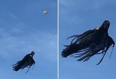 Американец превратил дрон в летающего ангела смерти, чтобы напугать прохожих