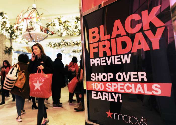 В Macy s продаются Calvin Klein, Guess, Levi s, Michael Kors и другие  культовые американские бренды. В этом году магазин обещает скидки до 70  процентов. d3092c0477a