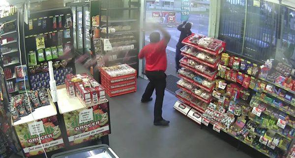 Всети интернет появилось видео, как продавец отразил атаку преступников конфетами