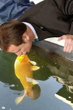 dog-kissing-fish-photoshop-battle-21-581df8312408c__605