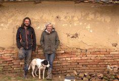 «Не быть уверенной в завтрашнем дне». Британская пара переехала в венгерскую деревню и живёт на £6 в день