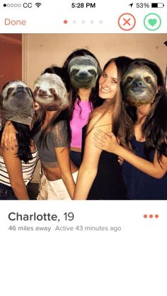 5c1586f1950165fffa2f034c16c7e540-10-tinder-girls-who-brilliantly-solved-the-group-photo-problem