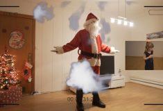 Папа снял скрытой камерой, как Санта-Клаус приносит подарки под ёлочку. Дочка в восторге