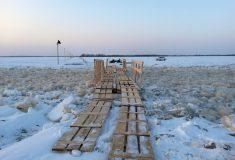 «И так каждый день». Почему в Архангельске люди до сих пор пересекают реку по деревянному настилу