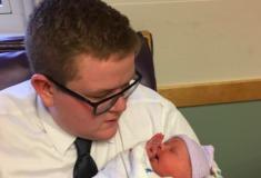 «Дядя года». Парень пришёл знакомиться с новорождённой племянницей в костюме и очень обрадовал твиттер