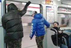 Дорхолдеры попали на видео и объяснили, как кататься в метро с открытой дверью