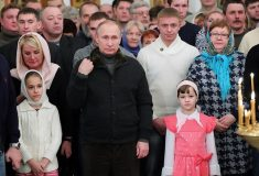 Путин и рыбаки. Одни и те же «простые люди» нашлись на разных фото с президентом