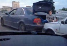 Русская смекалка и непринуждённость в одном видео буксировки машины