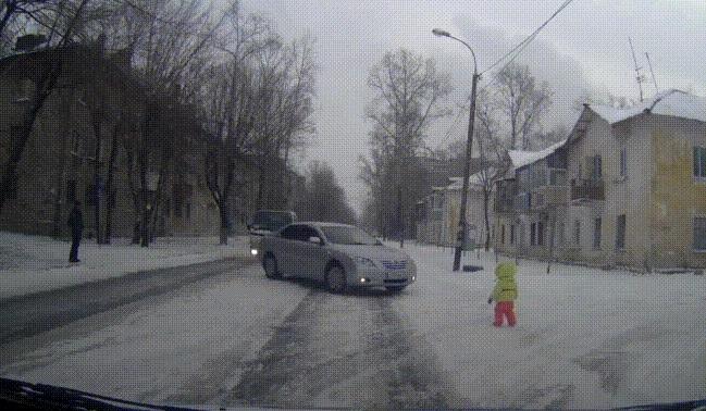 Видео: самый ленивый пассажир авто помогает выбежавшему на дорогу ребёнку