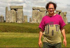 Странный парень вяжет свитера и фотографируется в них на фоне пейзажей, которые связал