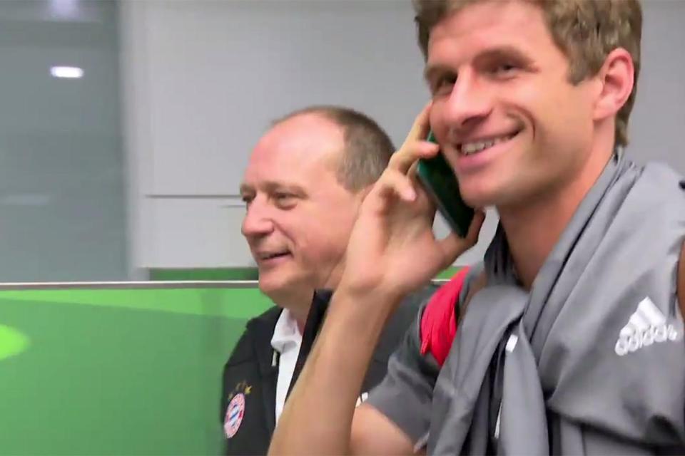 Видео: футболист Томас Мюллер «звонит» по паспорту, чтобы не общаться с журналистами