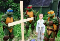 Мальчик похоронил черепашку и растрогал пользователей социальных сетей