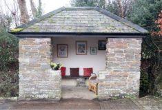 «Наш местный Бэнкси». Неизвестный в Великобритании превратил разрушенную автобусную остановку в уютную комнату