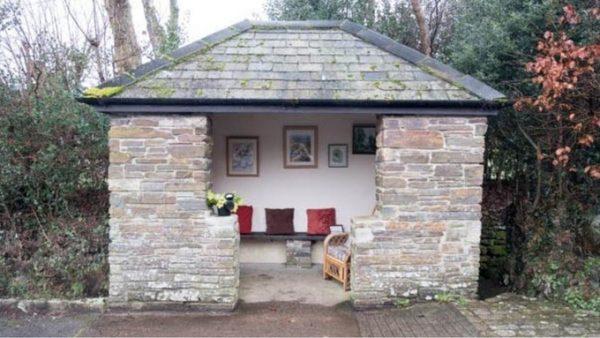 В английской деревне возникла самая комфортная вгосударстве автобусная остановка