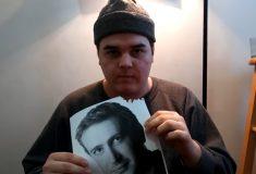 Парень с ником Dog Shit обещает есть фотографии Джейсона Сигела каждый день, пока актёр не ответит тем же