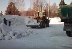 Видео: в Качканаре сносят снежную горку, несмотря на катающихся на ней детей