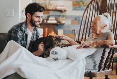 Молодой актёр оставил карьеру, чтобы ухаживать за своей 89-летней неизлечимо больной соседкой