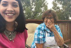 «Люблю тебя, сидя в гостиной!» Бабушка, которая каждый день шлёт внучке милые селфи, стала знаменитой в твиттере
