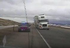 Видео: ветер сдул грузовик и перевернул его на полицейскую машину