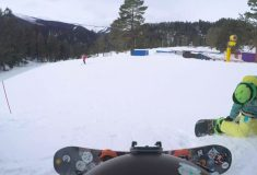 «Баран! Отпусти!» Парень катался на сноуборде, но наткнулся на неожиданное препятствие