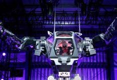 «Чувствую себя как Сигурни Уивер». Глава Amazon испытал огромного (и крутого) человекоподобного робота