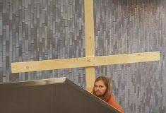 Видео: парень в костюме Иисуса сломал метро своим крестом
