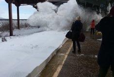 Пассажиров, снимавших прибытие поезда в Нью-Йорке, с головой засыпало снегом из-под колёс