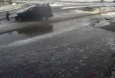 Внедорожник выехал на тротуар и сбил школьника. Водителя отпустили, школьника забрали в полицию