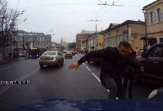 НТВ приняло буйного водителя, «избившего» чужую машину голыми руками, за известного кикбоксёра. Но поторопилось
