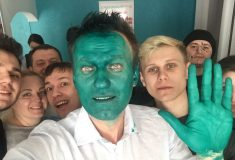 «То ли Маска, то ли Аватар». Навального облили зелёнкой, но он всё равно снялся в новом ролике