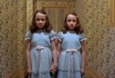 Отец научил близняшек фразе из фильма ужасов, и теперь они пугают постояльцев отелей