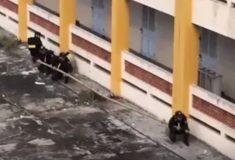 Видео: военные из Вьетнама поднимаются на третий этаж по стене с помощью палки