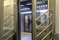 Женщина застряла головой в дверях метро, но проходящие мимо люди её игнорировали