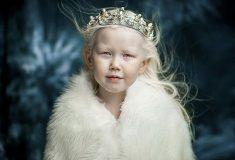 «Сибирская белоснежка». 8-летняя девочка-альбинос из Якутии покоряет модельные агентства и интернет