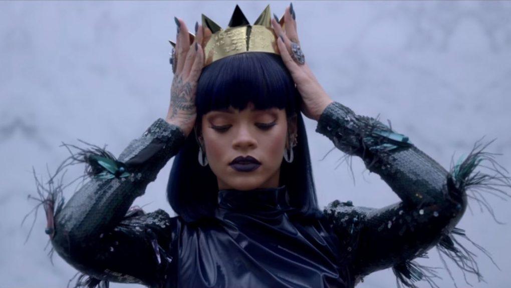 Рианна разозлила поклонников британской королевы, прифотошопив её голову к своим сексуальным нарядам
