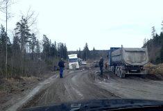 Самая федеральная трасса. На участке дороги между Петербургом и Карелией застряли в грязи 30 машин