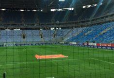 Первая игра «Зенита» на новом стадионе: полупустые трибуны, засохший газон, текущая крыша, ярость твиттера