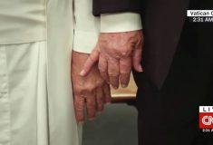Папа Римский не взял Трампа за руку, и все удивлены, что это фейк