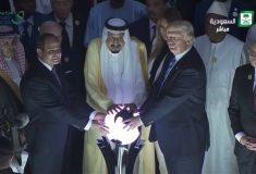 Дональд Трамп прикоснулся к магическому шару в Саудовской Аравии, и это новый мем