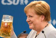 «Кончил дело — гуляй смело!» Меркель закончила речь с критикой Трампа и США большой кружкой пива