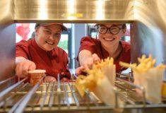 Сёстры никогда не видели друг друга, пока не пришли работать в один и тот же KFC