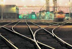 Объявления на английском, перекрытая вода и отмена поездов. Как Украина огораживается