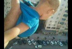 «1000 лайков, или я его отпущу». В Алжире мужчина получил тюремный срок за фото ребенка, вывешенного из окна на большой высоте