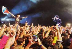 «Мы все в ожидании неизвестного». Вокалист Green Day дал спеть песню фанату с российским флагом