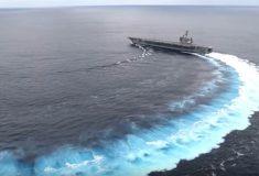 «Корабль сейчас расколется». Атомный авианосец дрифтит в океане: это жутковато, но всем нравится